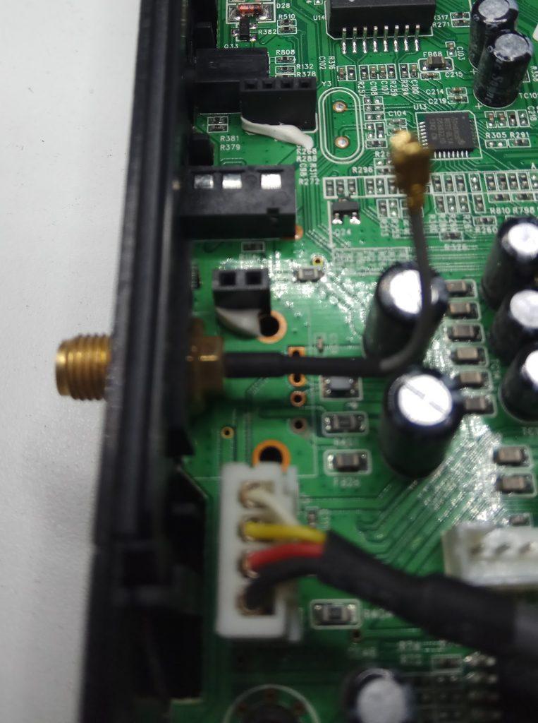Vista del conector de antena que trae el receptor engel