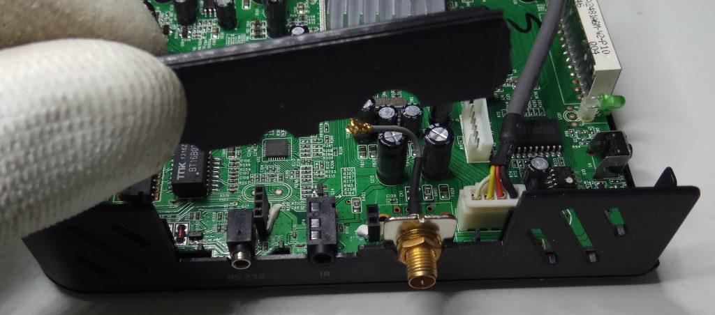 Tapeta que fija el conector de antena del receptor engel