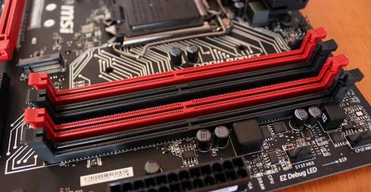 Ranura para módulos de memoria RAM tipo DDR3